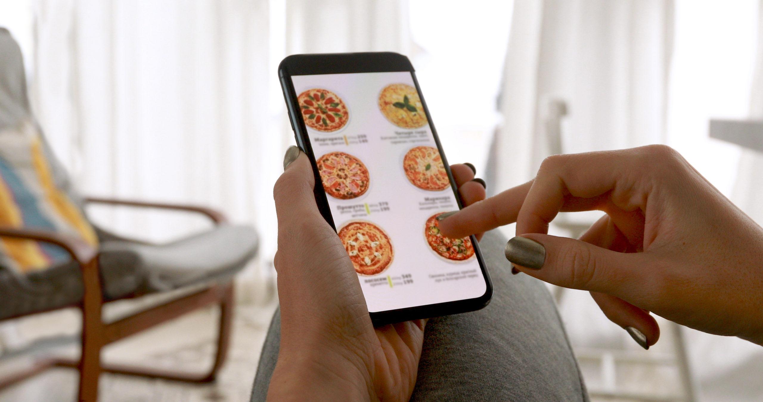 Femme commandant pizza en ligne - digitalisation restauration