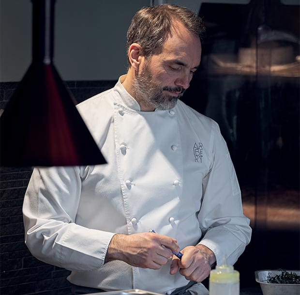 Le chef étoilé Christophe Aribert en train de préparer un plat