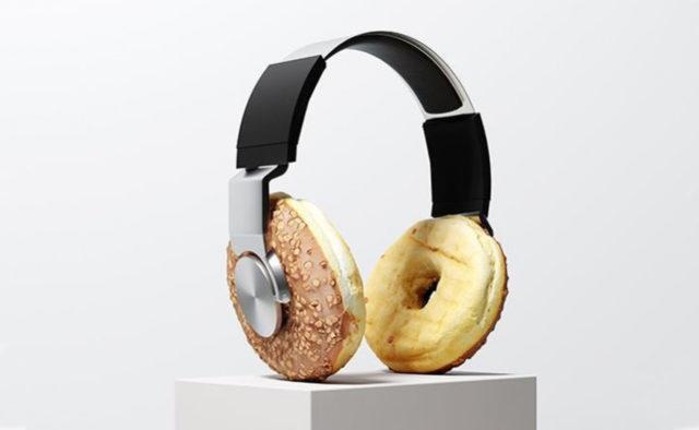 Un casque avec des oreillettes sous forme de donuts faisant référence aux podcasts cuisine